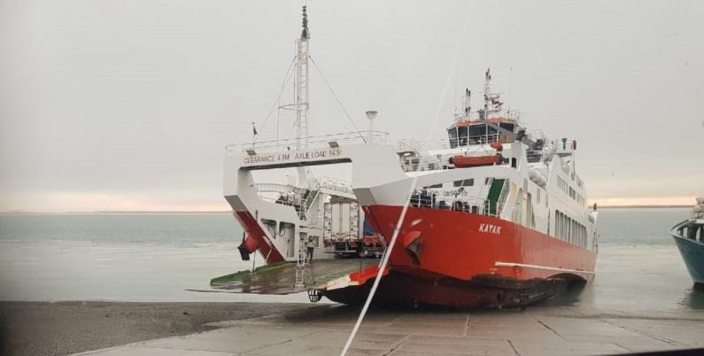 Chile: Quedó varada una barcaza producto de la baja marea