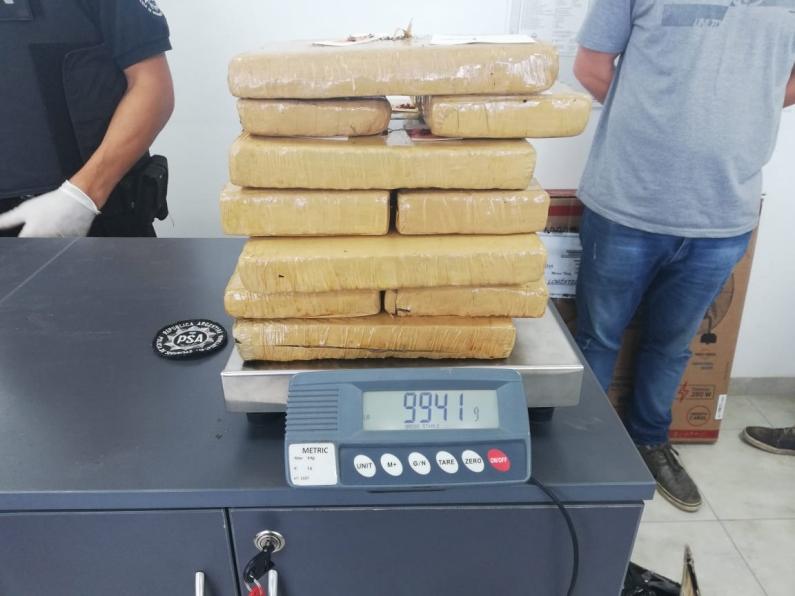 Santa Fe: La PSA y GNA detuvieron a cuatro personas con casi 10 kilos de marihuana
