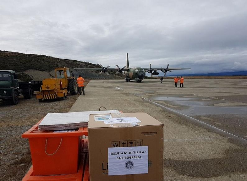 Tierra del Fuego: Avión hércules hace su tercer abastecimiento para escuela de la Antártida