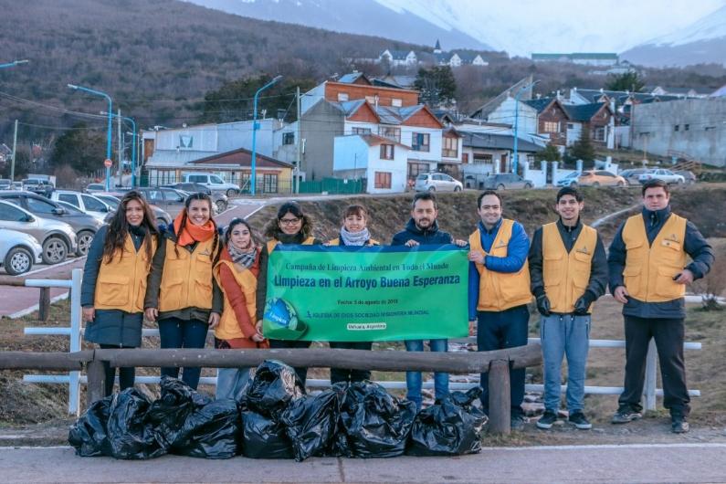 """Tierra del Fuego: Integrantes de una iglesia colaboraron con la limpieza del arroyo """"Buena esperanza"""""""