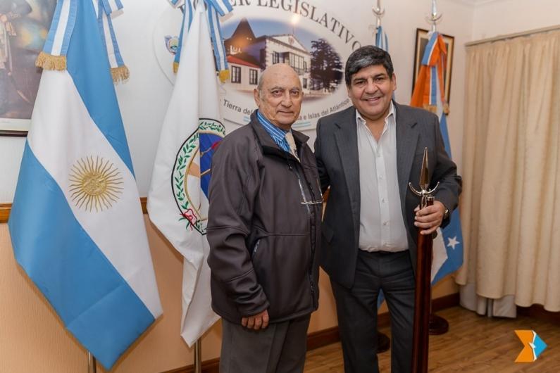 Tierra del Fuego: El presidente de la legislatura entregó elementos ceremoniales al círculo de oficiales de mar