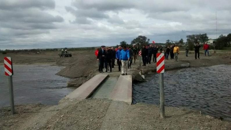 """Tierra del Fuego: El puente en el puesto fronterizo """"Bella vista"""" fue socavado por la crecida del río"""