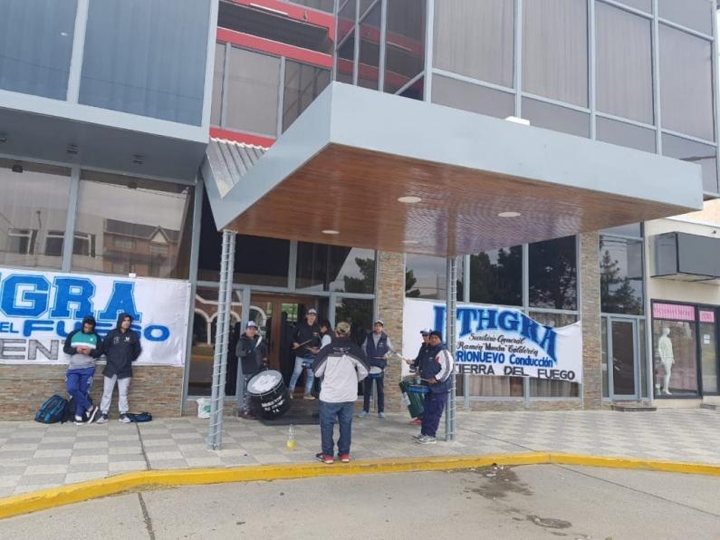 Tierra del Fuego: Trabajadores de UTHGRA reclaman pago de sueldos adeudados