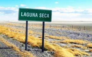 """Tierra del Fuego: Personal de distintas áreas de gobierno lleva adelante un operativo de riego en """"Laguna seca"""""""