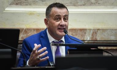 Buenos Aires: Catalán Magni invitó a Marcos Peña a comprarse zapatillas y caminar Tierra del Fuego