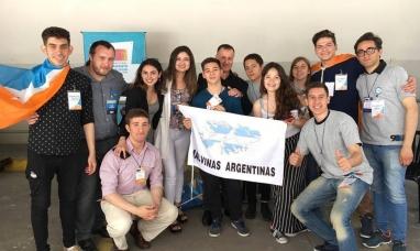 Buenos Aires: Senador por Tierra del Fuego junto a jóvenes que participan del parlamento Mercosur