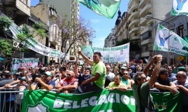 """Buenos Aires: En una protesta el camionero Pablo Moyano advirtió que """"Si no hay bono, hay paro"""""""