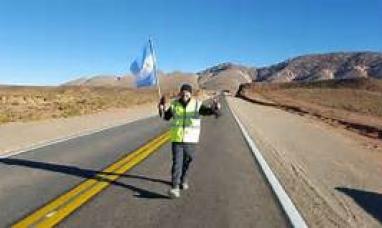"""""""Caminante no hay camino"""": En su cruzada Emilio Saez partió caminado desde la Quiaca y ya está en comodoro Rivadavia"""