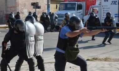 Chubut: La paradoja de los policías,  reprimen protestas pero el sueldo no les alcanza