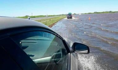 Cortaron la autopista Santa Fe - Rosario por agua en la calzada