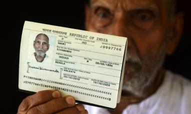 Emiratos Arabes Unidos: Un monje hindú causa revuelo en un aeropuerto al sacar su pasaporte y mostrar que tiene 123 años