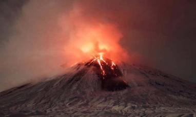 Eurasia: Entra en erupción el volcán más alto y activo