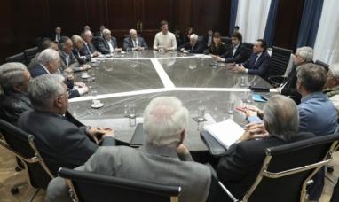 """Gobierno acordó con la CGT y empresarios un """"bono"""" de $5.000 para trabajadores del sector privado"""