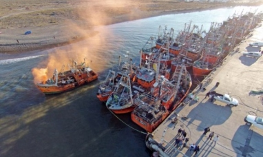 Insólito piquete en el mar: dos barcos impiden la salida de la Flota Amarilla en Rawson