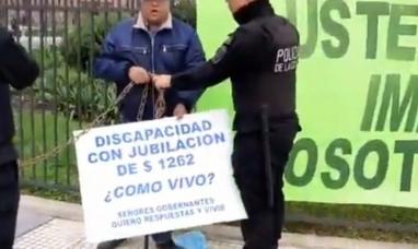 """""""Macri, no puedo vivir con $1262"""": el calvario del discapacitado que se encadenó a La Rosada"""