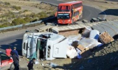 Otro vuelco de camión que salió de Tierra del Fuego sobre la ruta 3