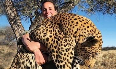 Posa con un gran leopardo muerto en sus brazos y la red no la perdona