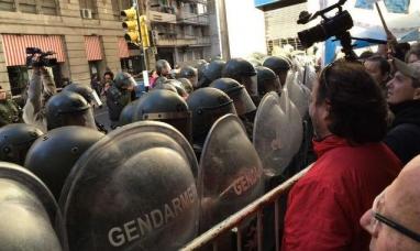 Represión y heridos en el acto del día de la bandera que encabezó el presidente argentino