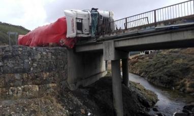 """Tierra del Fuego: Un camión volcó sobre el puente de la zona denominada """"Tierra mayor"""""""