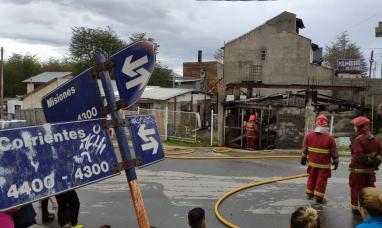Tierra del Fuego: La carpintería incendiada en Ushuaia formaba parte de una vivienda que también se redujo a cenizas