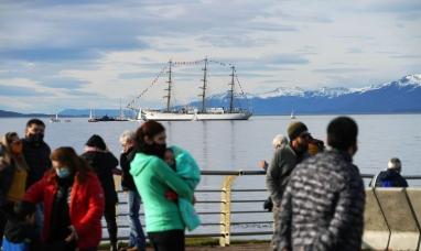 """Tierra del Fuego: Cientos de vecinos de Ushuaia fueron a la costanera a recibir a la fragata """"Libertad"""""""