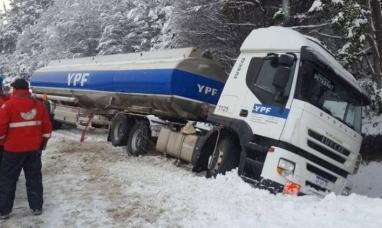 Tierra del Fuego: Se despistó en la ruta nacional Nº 3 un camión que transportaba combustible