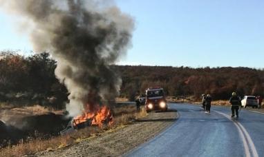 Tierra del Fuego: Se despistó una camioneta en la ruta Nº 3 y terminó incendiada