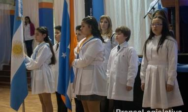 Tierra del Fuego: La escuela N° 9 de Ushuaia renovó su bandera de ceremonias y le prometieron lealtad alumnos de 4° grado