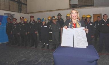 Tierra del Fuego: La gobernadora promulgó la ley de bomberos voluntarios sancionada por la legislatura