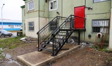 Tierra del Fuego: Gobierno avanza con la instalación de escaleras de emergencia en chacra II