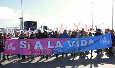 """Tierra del Fuego: Grupos """"pro vida"""" vuelven a marchar en Río Grande"""
