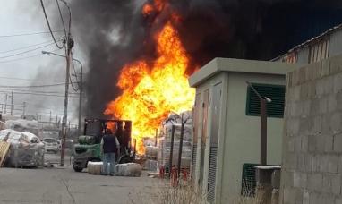 Tierra del Fuego: Impresionante incendio en una fábrica de Río Grande