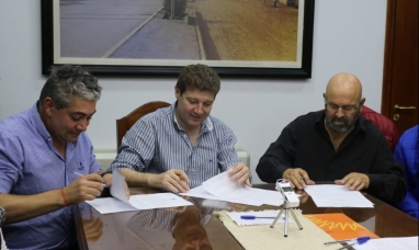 Tierra del Fuego: El intendente de Río Grande firmó acuerdo salarial con gremios