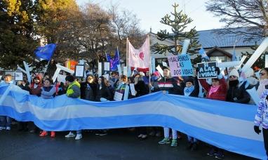 """Tierra del Fuego: Manifestación pacífica en contra del veto """"Por las dos vidas"""" del intendente de Río Grande"""