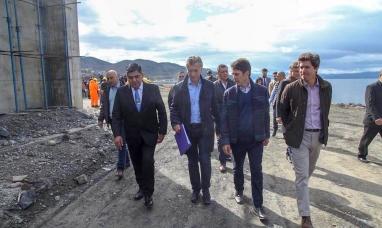 Tierra del Fuego: Si ningún respeto institucional ni protocolo el vicegobernador le entregó una carpeta con reclamos al presidente argentino