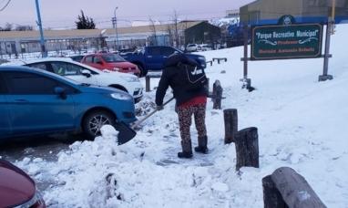 Tierra del Fuego: Personal municipal de Ushuaia realiza trabajos de limpieza de nieve en veredas, escaleras y garitas