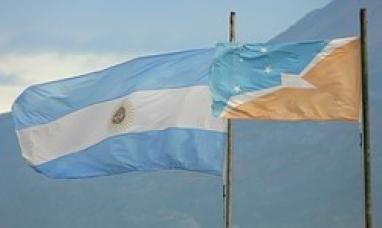 Tierra del Fuego: Por desconocimiento de los encargados de protocolo la legislatura estableció como debe colocarse la bandera provincial