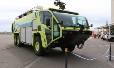 """Tierra del Fuego: Presentaron la nueva autobomba """"Oshkoch Stricker 3000"""" en el aeropuerto de Río Grande"""