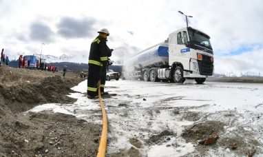 Tierra del Fuego: Simulacro de accidente con derrame de combustible camino al aeropuerto de Ushuaia