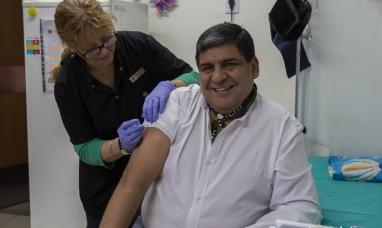 """Tierra del Fuego: El vice gobernador con tal de """"figurar"""" se saca fotos vacunándose"""