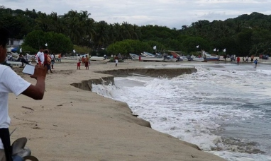 """México: Se """"hunde"""" la playa de una turística localidad debido a un extraño fenómeno"""