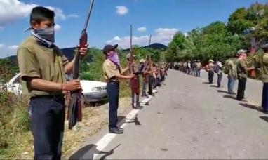 México: Polémica por la incorporación de niños a un cuerpo de policía comunitaria que les dota de armas