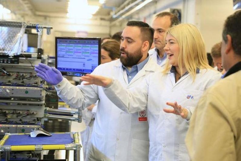 Tierra del Fuego: La gobernadora participó del lanzamiento de producción del S9 y S9 plus a días de su presentación mundial