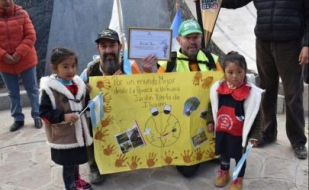 """Tierra del Fuego: Panadero de Tolhuin ya caminó 178 kilómetros. """"El viaje es maravilloso, la basura es lamentable"""""""