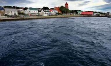 Un grupo de chicos se van de viaje de egresados a las islas Malvinas