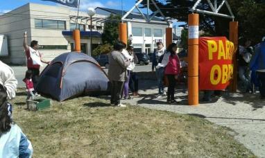 """Tierra del Fuego: Acampe del """"polo obrero"""" frente a la delegación de gobierno en Río Grande"""