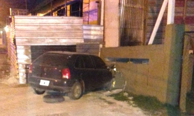 Tierra del Fuego: Conductor borracho estrelló su auto contra nicho de gas en Ushuaia y provocó una pérdida importante