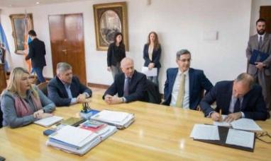 Tierra del Fuego: La gobernadora firmó la prórroga de la concesión del área cuenca marina austral