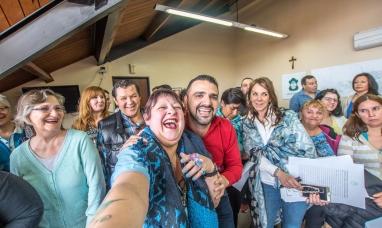 Tierra del Fuego: El intendente de Ushuaia hizo entrega de títulos de propiedad a vecinos que esperaron durante años