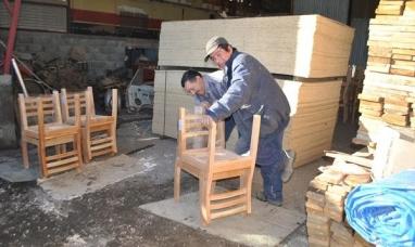 Tierra del Fuego: Madereros de Tolhuin avanzan con los mobiliarios educativos